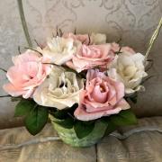 Корзинка с розовыми и белыми розами из конфет