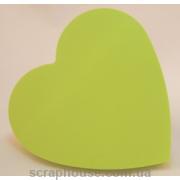 Блок бумаги для записей с клейким слоем в форме сердца.