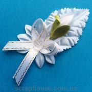 Декоративная композиция с белым тюльпаном на листике